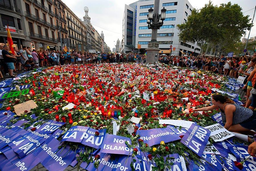 8月26日,西班牙民眾獻花悼念恐襲中遇難的人們,並表示「我不懼怕」。(LLUIS GENE/AFP/Getty Images)