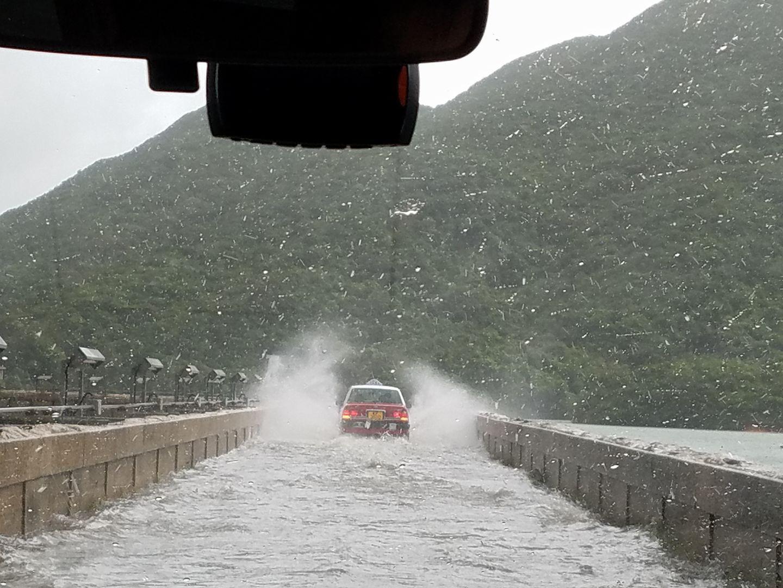 大潭道出現水浸,有的士拋錨停在路中。(Wong Kenneth Shang/香港突發事故報料區facebook)
