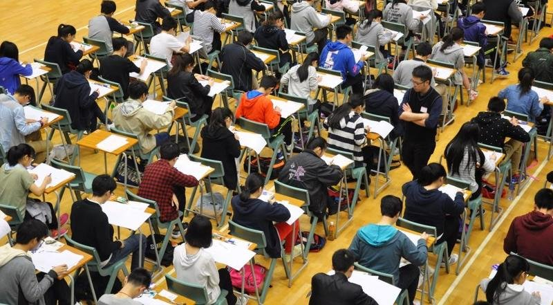 DSE首個核心科目中文科昨日開考,專欄作家陶傑認為作文題目空泛,擔心現有香港的教育制度和氛圍下,學生難答出好文。(考評局提供)