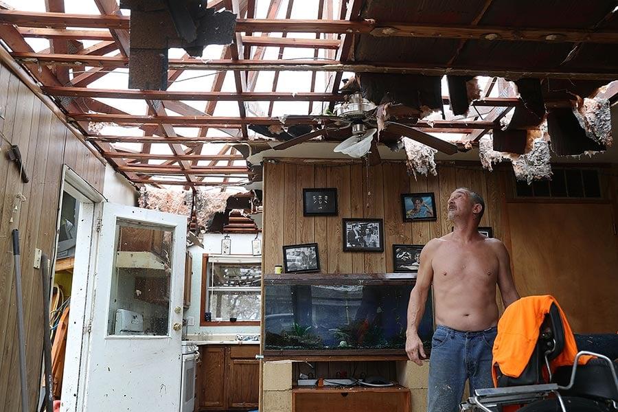 美國總統特朗普周日(8月27日)說,他打算訪問遭暴雨襲擊的德州,並稱讚政府對哈維颶風的反應。他說,當洪水上升困住全州居民時,緊急部門人員營救了數千人。(Joe Raedle/Getty Images)