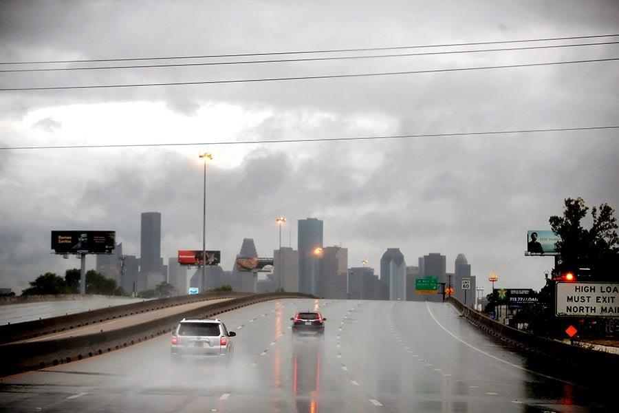 哈維颶風周日(8月27日)繼續在得克薩斯降下瓢潑大雨,造成侯斯頓的「災難性洪水」,導致至少1人死亡。機場由於跑道積水關閉。(Scott Olson/Getty Images)