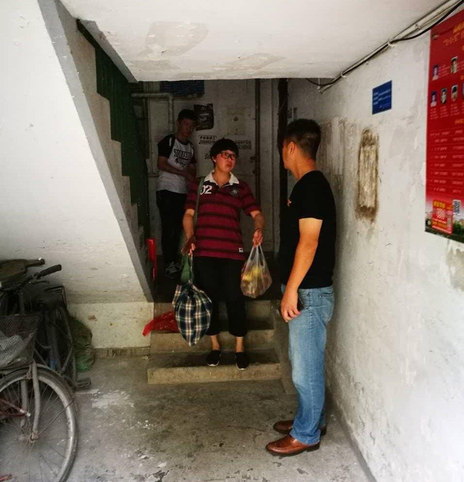 上海浦東新區幾位訪民家門口有黑社會人士看守,不讓出家門口一步。(志願者提供)