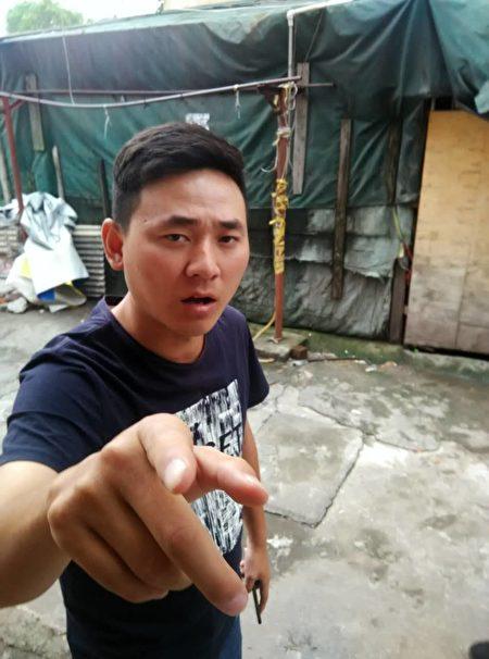 黑社會人員在上海浦東新區的訪民家門口盯梢。(志願者提供)