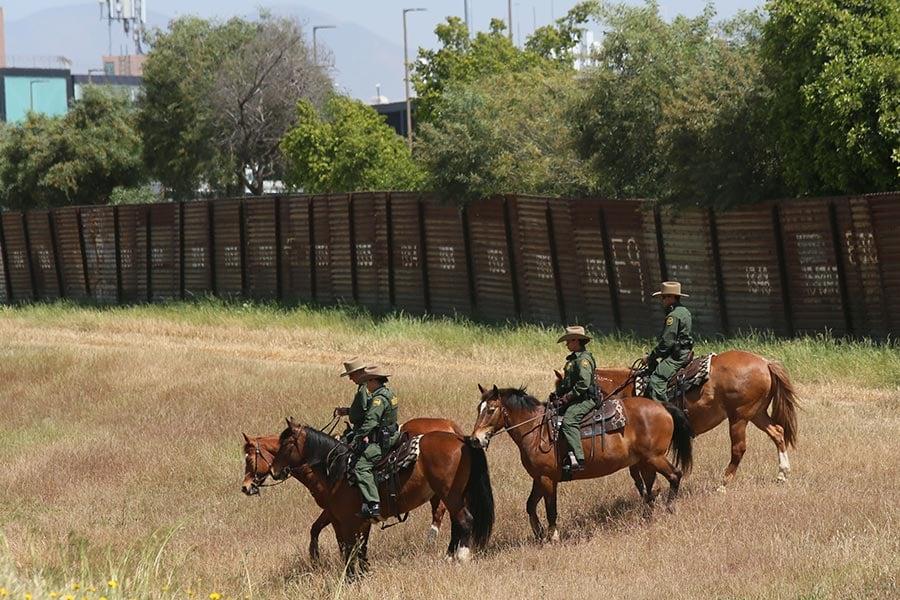 今年4月21日,美國國土安全部部長凱利和司法部長塞申斯在邊境巡防員的陪同下騎馬參觀美墨邊境小城Otay Mesa。特朗普當局決定在這裏開始興建邊境「長城」。(Sandy Huffaker/Getty Images)