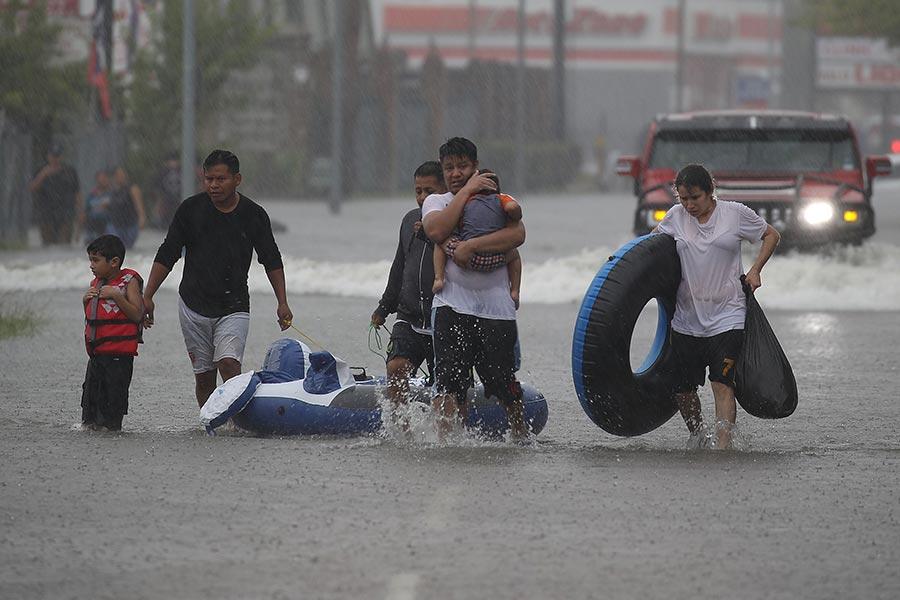 哈維颶風肆虐德州,給美國第四大城市侯斯頓帶來史無前例的洪水,媒體稱其為「里程碑式」的天災。(Joe Raedle/Getty Images)