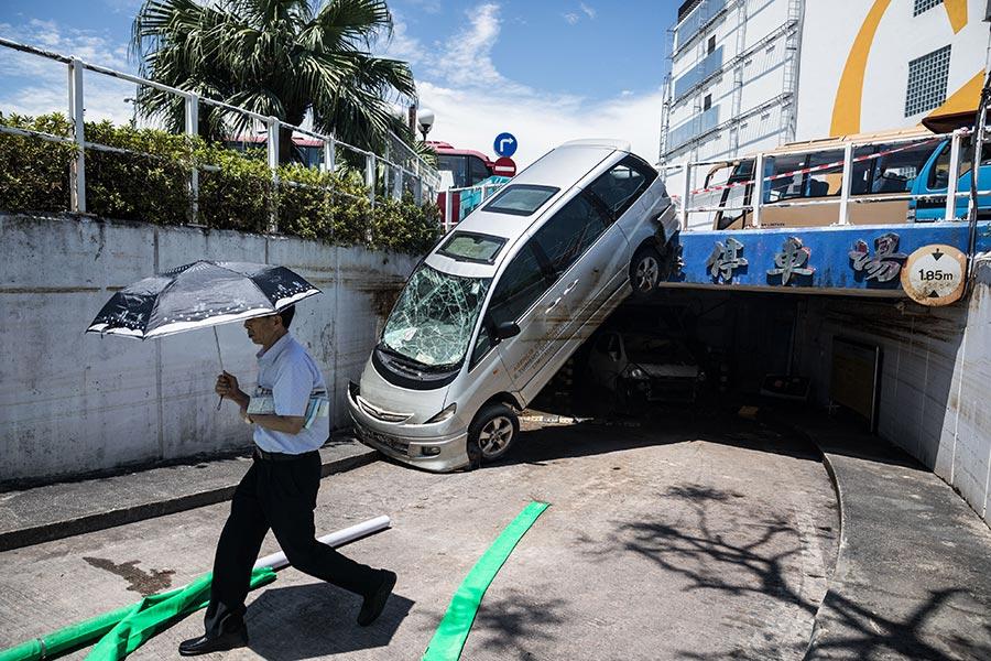 圖為澳門在颱風「天鴿」吹襲後的災情。(DALE DE LA REY/AFP/Getty Images)