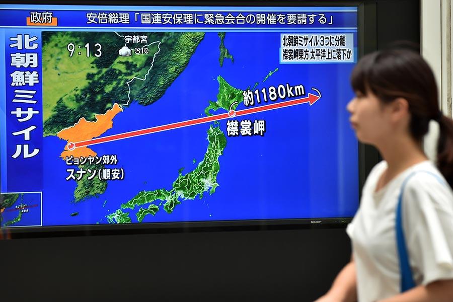 8月29日清晨,北韓向日本北部發射一枚明顯是導彈的飛行物,穿越日本領空。(KAZUHIRO NOGI/AFP/Getty Images)