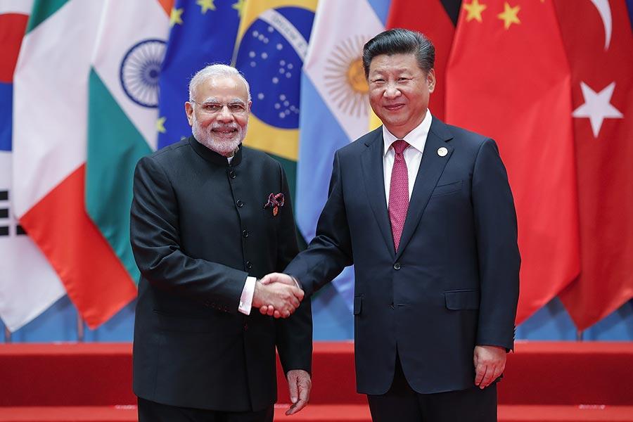 圖為2016年9月4日在中國杭州舉行的G20峰會上,國家主席習近平(右)與印度總理莫迪(左)握手。(Lintao Zhang/Getty Images)