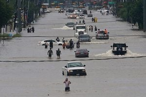 侯斯頓淹水全城瘋撥911 半日接五萬來電