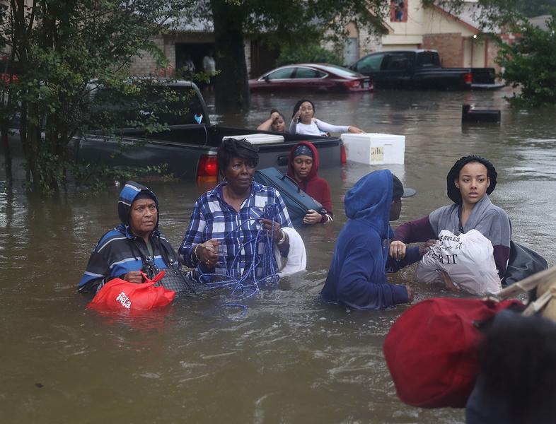 哈維颶風襲擊德州,侯斯頓遭遇前所未有的洪災。圖為2017年8月28日,德州侯斯頓,水患嚴重,許多民眾等待救援。(Joe Raedle/Getty Images)