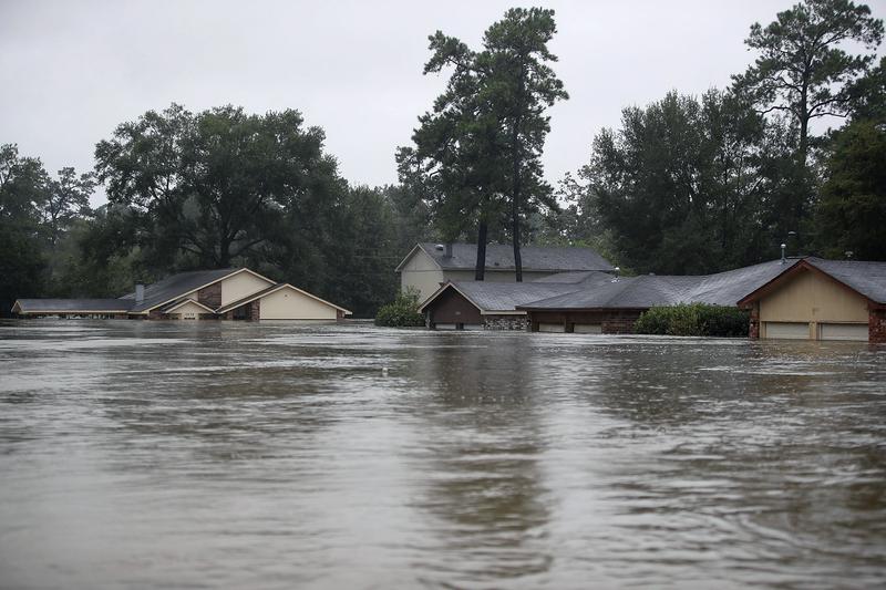 哈維颶風襲擊德州,侯斯頓遭遇前所未有的洪災。圖為2017年8月28日,德州侯斯頓,水患嚴重,許多房屋被淹没。(Joe Raedle/Getty Images)