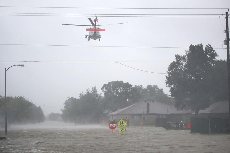 哈維颶風襲擊德州,侯斯頓遭遇前所未有的洪災。圖為2017年8月28日,德州侯斯頓,直升機加入救援工作。(Joe Raedle/Getty Images)