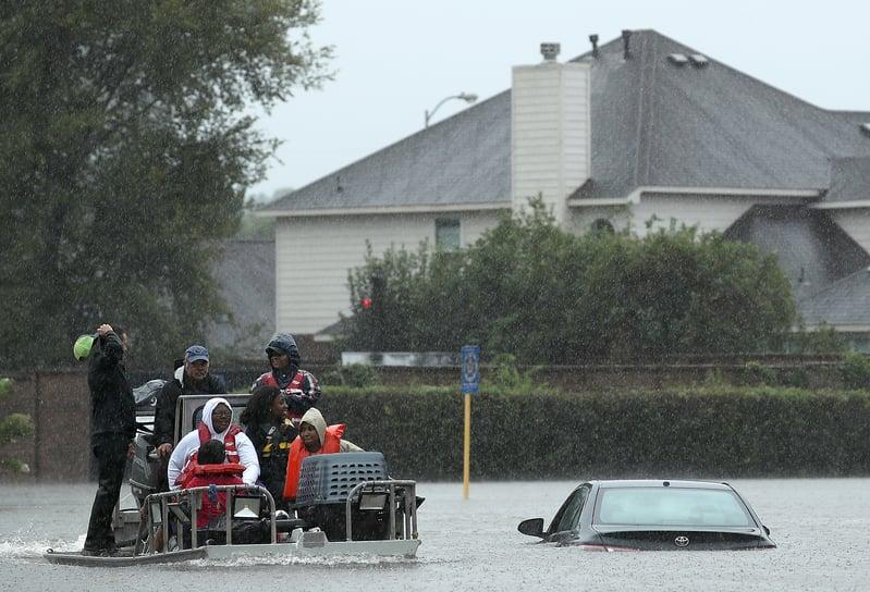 哈維颶風襲擊德州,侯斯頓遭遇前所未有的洪災。圖為2017年8月28日,德州侯斯頓,市區水患嚴重,汽車幾乎被淹没。(Win McNamee/Getty Images)