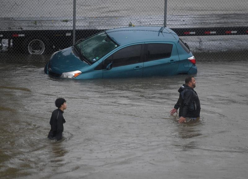 哈維颶風襲擊德州,侯斯頓遭遇前所未有的洪災。圖為2017年8月28日,德州侯斯頓,市區水患嚴重。(MARK RALSTON/AFP/Getty Images)