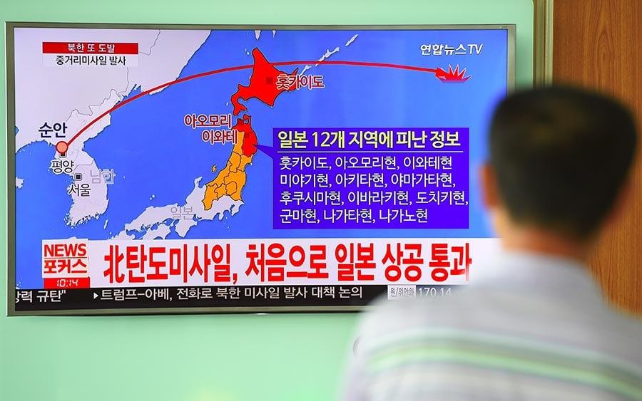 8月29日,北韓從平壤市順安一帶朝向東部海域發射彈道導彈,穿越日本領空,落入日本北海道附近海域。(JUNG YEON-JE/AFP/Getty Images)