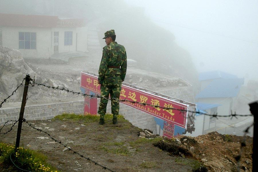 中共稱印度從喜馬拉雅山邊境爭議地區撤出,結束了持續數周的緊張對峙。圖為洞朗地區的中印邊境關卡。(DIPTENDU DUTTA/AFP/Getty Images)