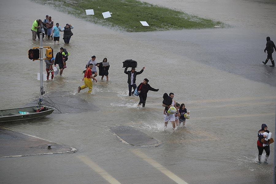 截至周一(28日)下午,熱帶風暴哈維所帶來的歷史性洪水,在美國德克薩斯州造成至少8人死亡。(Joe Raedle/Getty Images)
