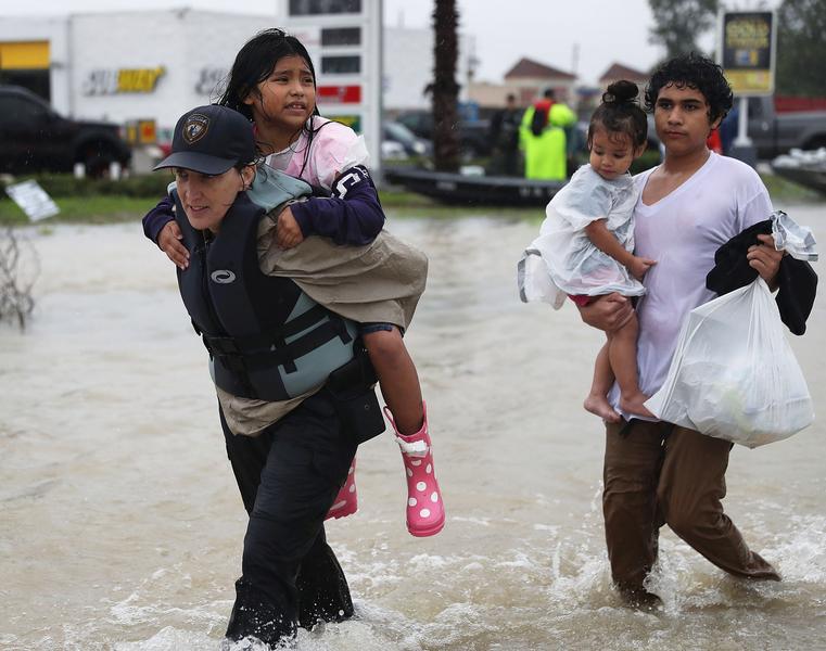 2017年8月28日,德州侯斯頓,哈維颶風侵襲德州引發嚴重洪災,救難人員協助受困民眾撤離洪災區。(Joe Raedle/Getty Images)