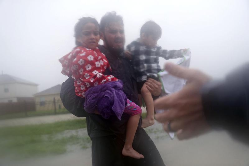 2017年8月28日,德州侯斯頓,哈維颶風侵襲德州引發嚴重洪災,當地民眾紛紛投入救援。(Joe Raedle/Getty Images)