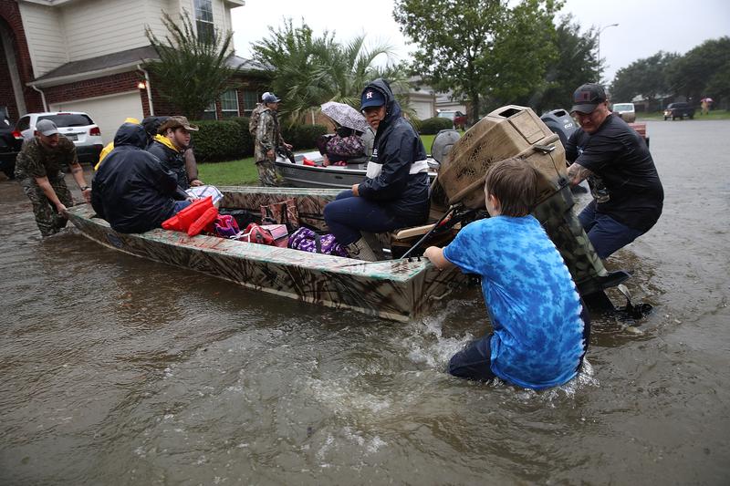 2017年8月28日,德州侯斯頓,哈維颶風侵襲德州引發嚴重洪災,當地民眾紛紛投入救援。(Win McNamee/Getty Images)
