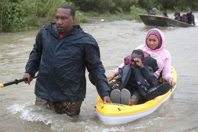 2017年8月28日,德州侯斯頓,哈維颶風侵襲德州引發嚴重洪災,當地民眾紛紛投入救援。(Scott Olson/Getty Images)