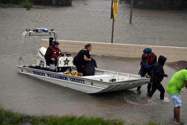 哈維颶風在德克薩斯州侯斯頓造成嚴重洪災後,普通市民加緊互助。圖為8月28日,一艘警長船隻在救人脫困。(MARK RALSTON/AFP)