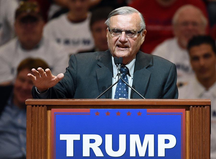 2017年8月25日,亞利桑那州馬里科帕縣的前警長Joe Apairo獲得特朗普總統赦免。圖為2016年2月22日,Joe Apairo在拉斯維加斯的集會上為特朗普助選。(Ethan Miller/Getty Images)