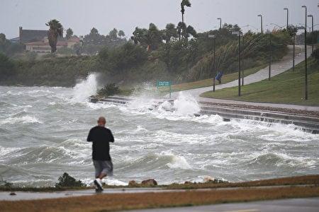 颶風哈維當地時間2017年8月25日下午7時增為4級,侵襲德州地區,煉油產業恐受影響。圖為德州聖體市海岸已現波濤洶湧的海浪。(Joe Raedle/Getty Images)