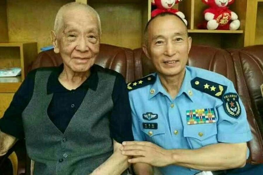 網傳新任空軍司令丁來杭(右)看望空軍老司令王海(左)。(網絡圖片)
