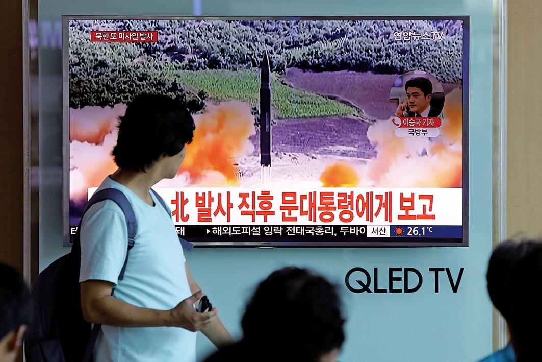 當地時間8月26日,北韓發射三枚短程導彈,其中兩枚發射成功,一枚發生爆炸未能成功。(Getty Images)