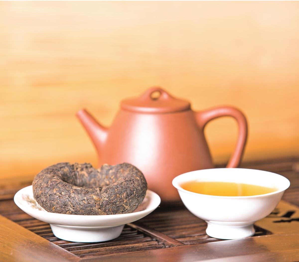 沖泡普洱茶時應用煮開的滾水才能殺菌,只用熱水沖泡是不夠的。