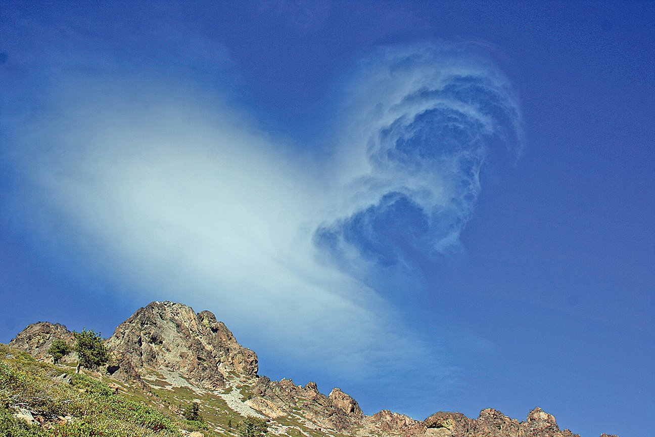 Cloud over the Sierra Buttes in northern California. (攝影:EET / 大紀元)