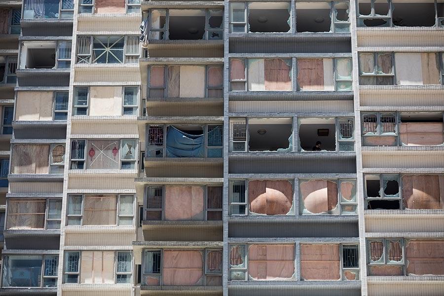圖為澳門一住宅大廈在天鴿吹襲期間,多數住戶玻璃窗均告爆破。(DALE DE LA REY/AFP/Getty Images)