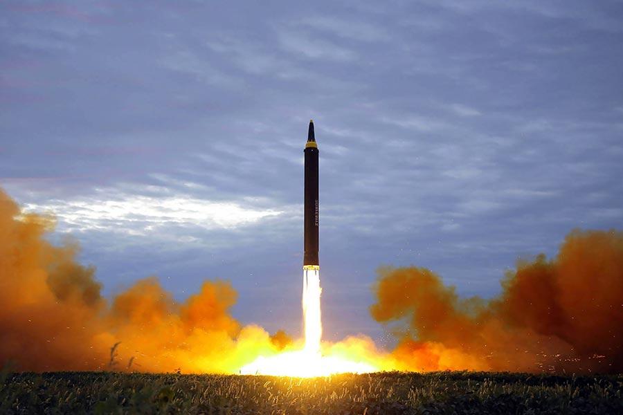 今年8月29日北韓發射一枚火星-12號導彈,越過日本上空。(STR/AFP/Getty Images)