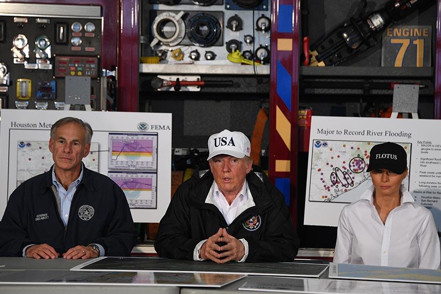 特朗普在科珀斯克里斯蒂消防局聽取災情救援工作的簡報。(JIM WATSON/AFP)