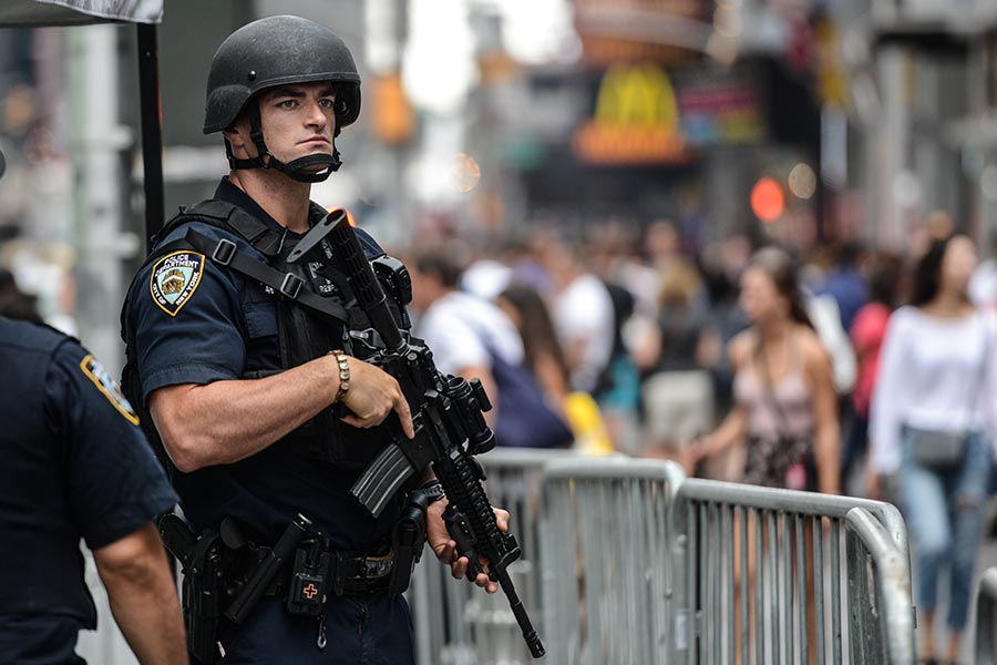 周一(8月28日),美國總統特朗普簽署行政令,恢復了向全美地方警局提供過剩的軍事裝備,准許警方可以配備防彈頭盔和裝甲車輛等軍械。(Stephanie Keith/Getty Images)