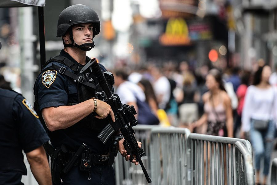 扭轉政策 特朗普行政令允許警察裝備軍事化