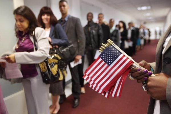 美國政府周一(8月28日)宣佈,從10月1日起,更多的綠卡申請人需要經過面試。(John Moore/Getty Images)