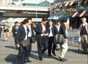 2009年10月22日,中共廣東省原勞教局局長施紅輝等出現在紐約南街海港。(視像擷圖)