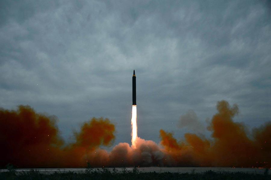 北韓在8月29日發射一枚飛越日本的中程彈道導彈,遭到國際社會一致譴責。(STR/AFP/Getty Images)