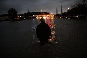 洪水淹沒街道 侯斯頓市長宣佈執行宵禁
