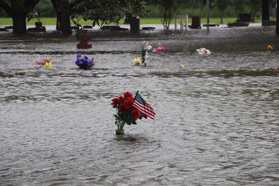 由於洪水開始蔓延到路易斯安那州,洪水控制措施變得不堪重負,估計總經濟損失一夜之間從300億美元飛漲至420億美元。(H. ELLESSY/AFP/Getty Images)