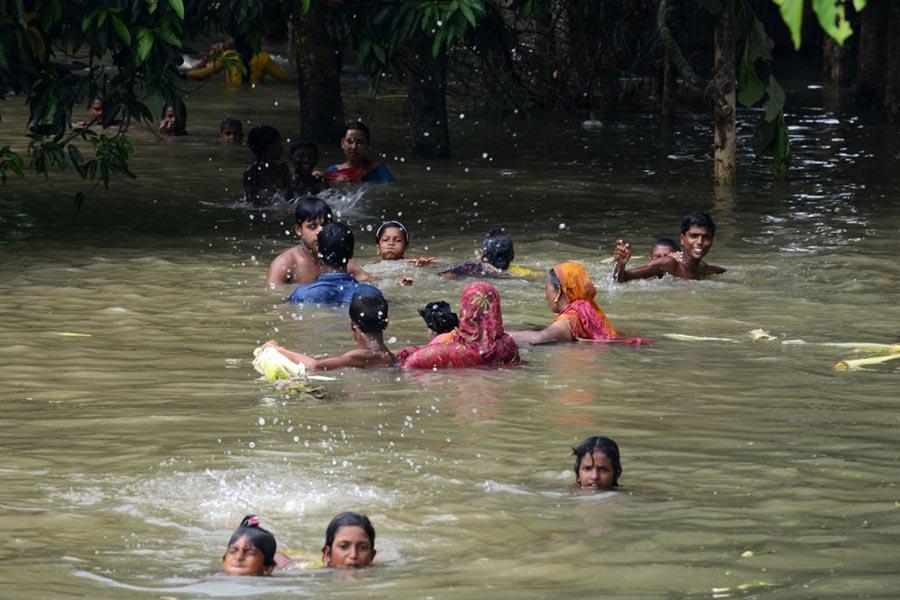 印度洪水,居民屋頂避難。(DIPTENDU DUTTA/AFP/Getty Images)