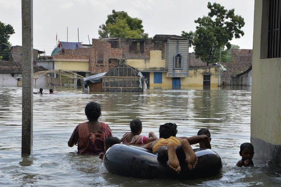 8月24日,印度遭遇洪水。(DIPTENDU DUTTA/AFP/Getty Images)
