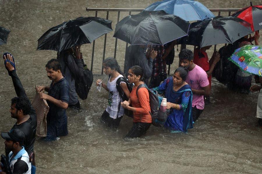 8月29日,印度孟買下了特大暴雨,洪水氾濫。(PUNIT PARANJPE/AFP/Getty Images)
