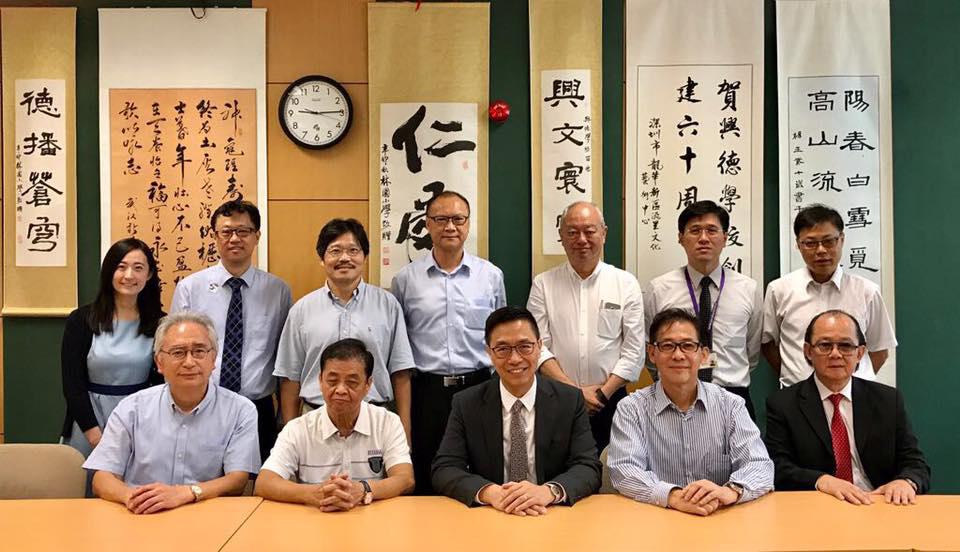 教育局局長楊潤雄(前排中)昨日到興德學校,與開學專責小組會面,了解校方準備開學的情況。(楊潤雄facebook)