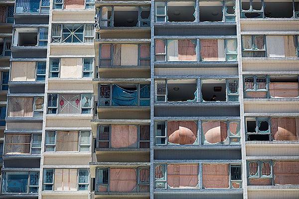 澳門一座住宅大廈在「天鴿」吹襲期間,多數住戶玻璃窗均告爆破。(Getty Images)