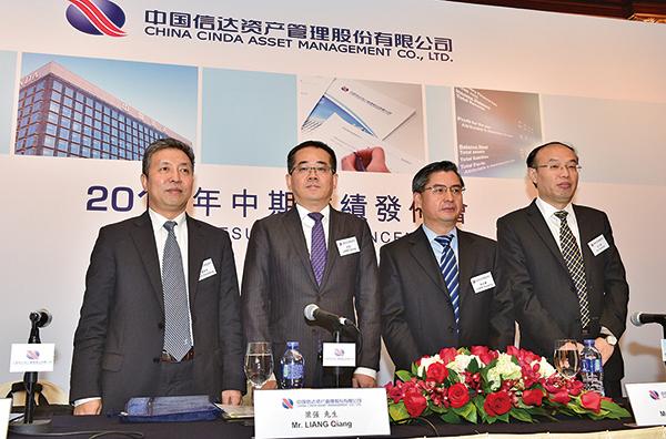左起:中國信達首席風險官羅振宏、總裁助理梁強、總裁助理陳延慶和董事會秘書艾久超。(郭威利/大紀元)