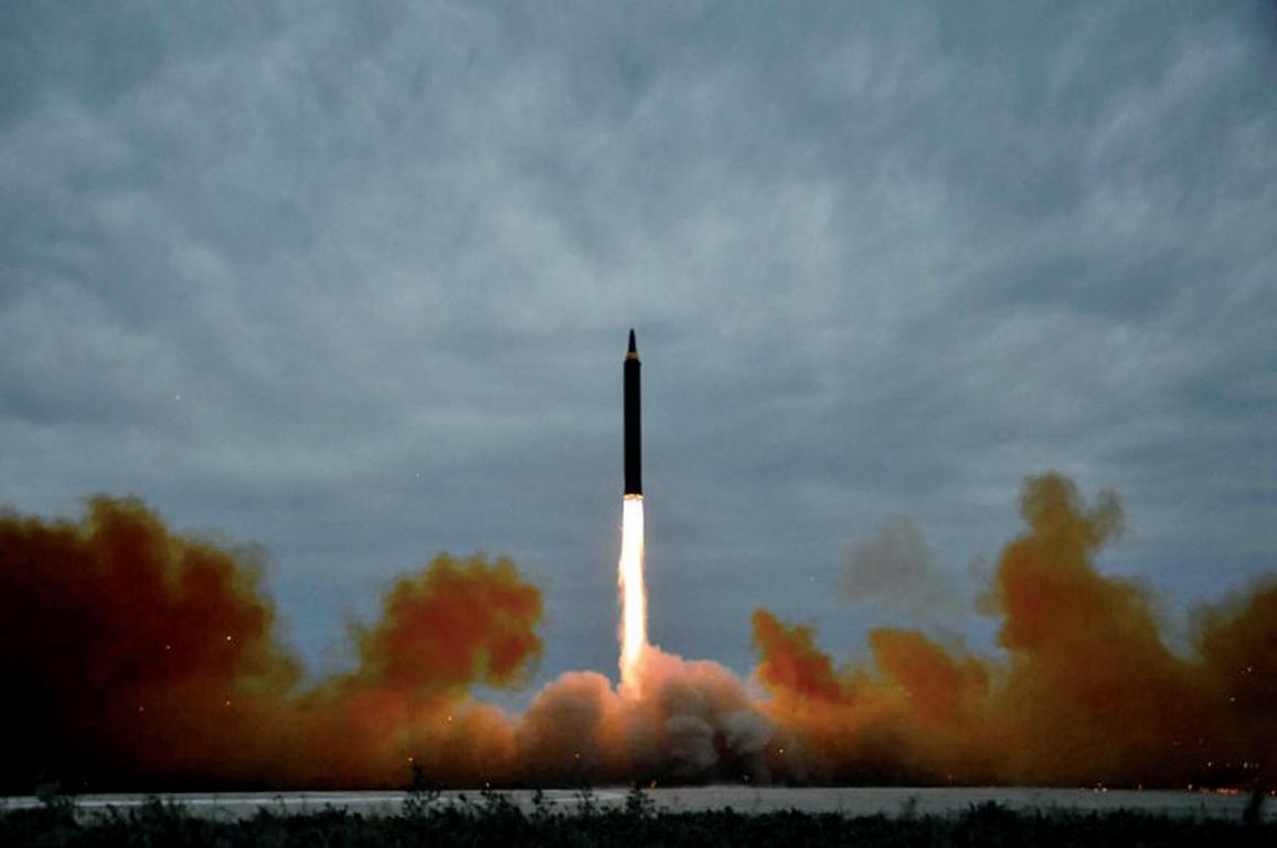 北韓在8月29日發射一枚飛越日本的中程彈道導彈,加劇了北韓與美、日、南韓之間的緊張局勢,並遭到國際社會一致譴責。(AFP)