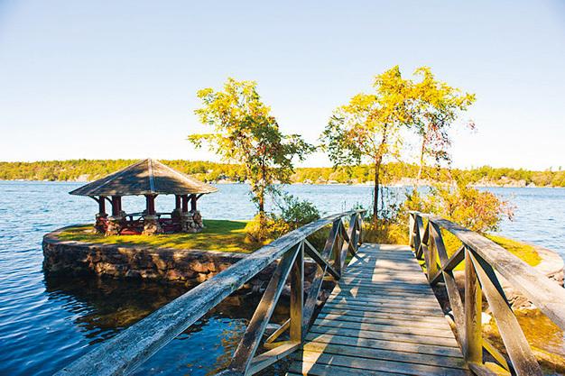 在島上度假,體驗優美的自然風光。(維基百科)